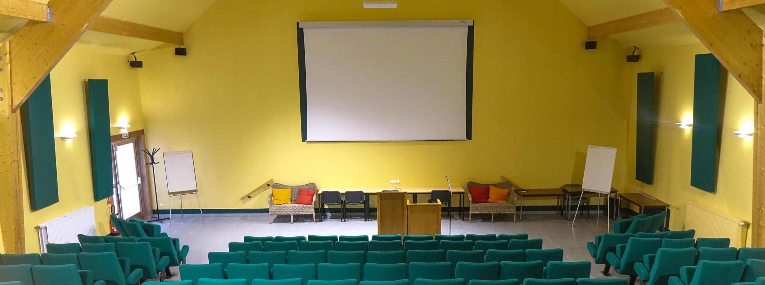 L'auditorium de 176 places en location pour conférences, vue latérale gauche