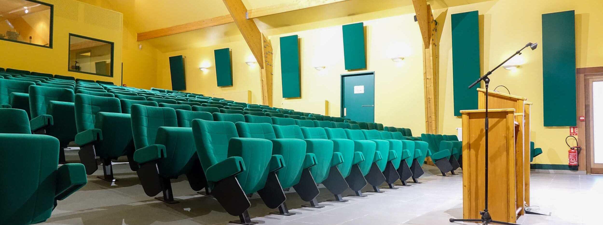 L'auditorium de 176 places en location pour conférences, vue de la scène